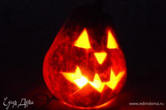 Горящая тыква в темной кухне сыну больше всего понравилась, а я наивная переживала, что он испугается :) С наступающим Хэллуином!!!
