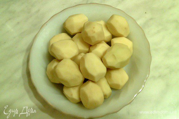 Очищенный картофель кладем в тарелку.