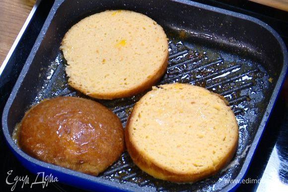 В сковороду гриль, где жарились бананы, влить 1 ст. ложку сливочного масла с апельсиновым соком и обжарить кусочки бриоши до золотистого цвета с двух сторон.