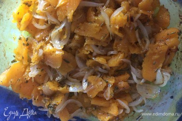 Печенные овощи немного остужаем, пока доходит наше тесто для коржа.