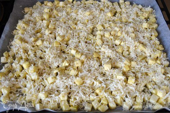 Хорошо присыпать картофель тертым сыром и поставить в разогретую до 190 градусов духовку на 40-45 минут до золотистого цвета.