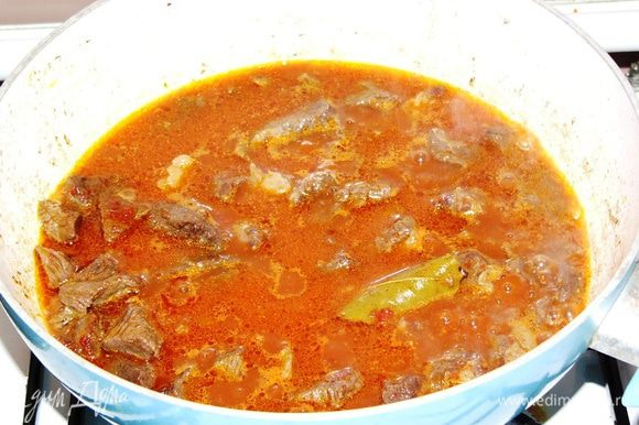 Далее добавляем чуть меньше стакана кипятка и продолжаем тушить. У меня не оказалось томатов в собственном соку, поэтому я сначала добавила к мясу пол ложки томатной пасты, быстро обжарила, а потом залила кипятком. Тушим мясо до мягкости около часа. Сразу оговорюсь, что в некоторых рецептах советуют сразу засыпать все овощи и тушить вместе с мясом. На мой взгляд, это хорошо, если тушить все в духовке, в горшочке для тушения, например. Иначе я не сторонник этого пути, потому что за час овощи превращаются в кашу и лук переваривается. Поэтому сначала тушим просто мясо.