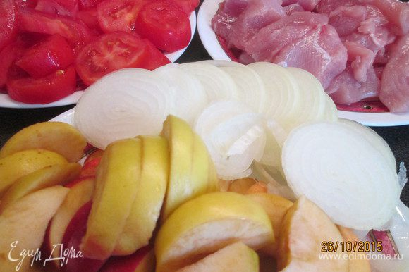Нарезать кусочками мясо индейки. Помидоры и яблоки режем дольками, лук кольцами.