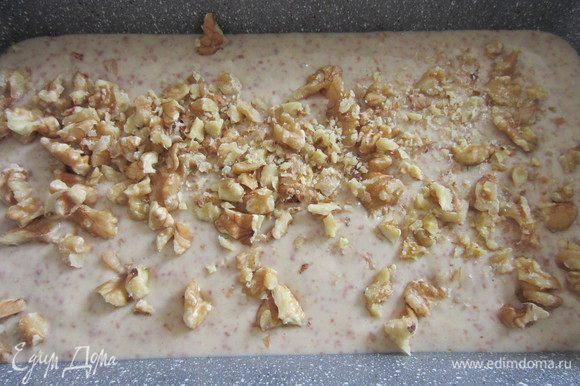 Выкладываем тесто в форму и посыпаем грецкими орехами.