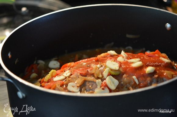 Смешать в небольшой емкости кетчуп или томатный соус, бульон, специи, сахар, соусы, горчица. Вылить поверх говядины. Добавить овощи со сковороды. Томаты баночные в соку, порезанные. Закрыть крышкой и тушить в разогретой духовке на 180°С примерно 3 часа.