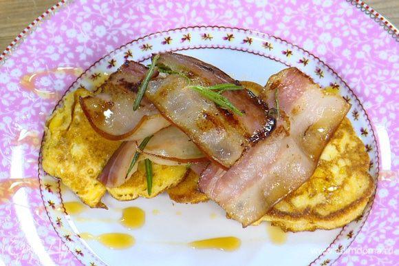 Готовые оладушки выложить на тарелку, сбрызнуть кленовым сиропом и подавать с обжаренным салом.