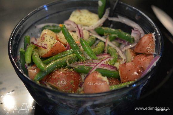 Луковицу небольшую красную порезать тонко. Мяту свежую или сухую 1/2 ст. л. Смешать все в салатной емкости. Добавить заправку и перемешать. Поставить в холодильник на 2 часа. Подаем к столу .