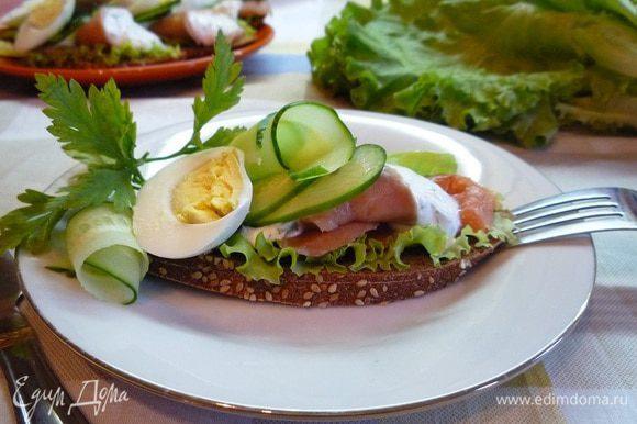Украсить бутерброды ломтиками огурца, вареного яйца, тонкими дольками лимона и зеленью.