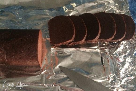 Разогреть духовку до 170 градусов. Застелить противень пекарской бумагой. При помощи острого ножа нарезаем охлажденное тесто пластинами толщиной 5-6 мм.