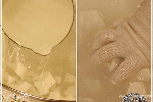 Заливаем той самой 85 градусной, горячей водой кубики сыра. Даем немного подплавиться и начинаем вымешивать.