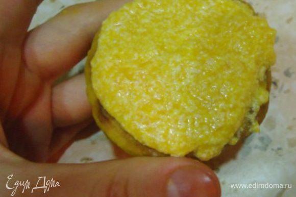 Остывшее печенье собираем в тыквочки: наполняем кремом лунку, смазываем поверхность печенья и соединяем.