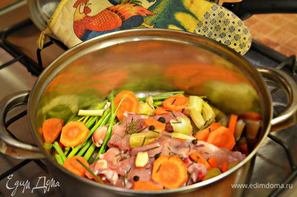 Для начала необходимо приготовить бульон. Куриная грудка у меня была с косточкой, поэтому основную мякоть я отделила. А из части мяса, что осталась на косточке, приготовила бульон. Добавьте в кастрюлю половину нарезанной кружочками моркови, вяленые помидоры, 1 стебель сельдерея, порезанный кусочками, стебли петрушки, перец горький и душистый горошком. Залейте 2 литрами воды. Готовьте бульон до готовности (около 40 минут), не забыв посолить по вкусу. За 5 минут до готовности положите в бульон лавровый лист.