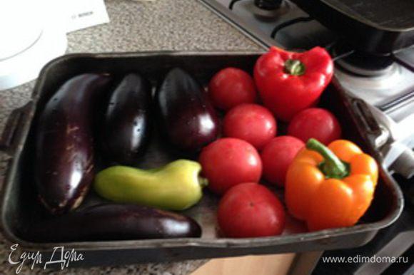 Овощи баклажаны, помидоры, болгарский перец моем, и выкладываем на противень. Ставим в духовку на какое время сказать трудно, лучше ориентироваться по самим овощам. Цель запечь, (что на мангале, что в духовке): если овощи обмякли, кожица потрескалась — все готовы пора снимать.