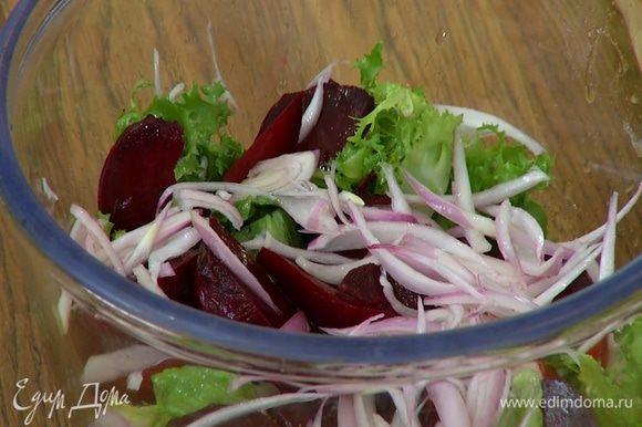 Замаринованный лук слегка отжать и выложить на салат.