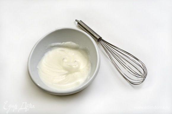 Белки взбить с солью до появления пены.