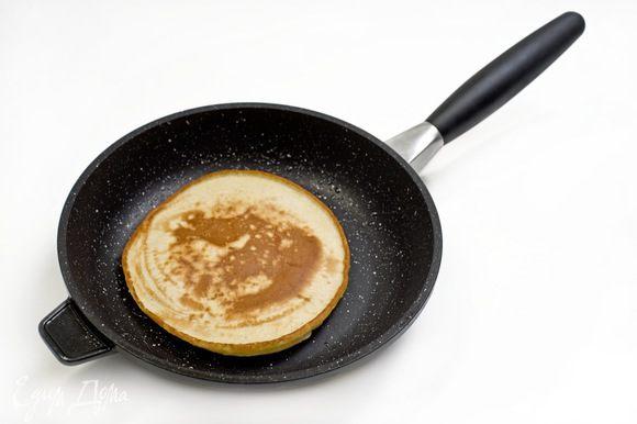 Разогретую сковороду смазать сливочным маслом и на нее небольшими порциями наливать тесто. Выпекать на среднем огне, накрывая крышкой, изредка смазывая сковороду маслом.