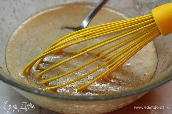 """В миске слегка взбить яйца с ванильным сахаром (или корицей), тростниковым сахаром """"Демерара"""", он придаст приятный карамельный вкус нашей десертной запеканке. но можно взять и обычный, белый сахар. Взбивать венчиком, пока сахар не растворится полностью. Добавить к смеси слегка подогретое молоко. Размешать."""
