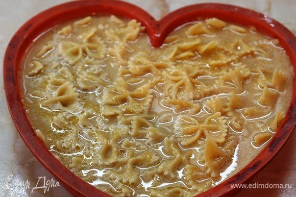 Залить этой смесью макароны и поставить форму в разогретую до 180 градусов духовку на 35-40 минут, до золотистой корочки.