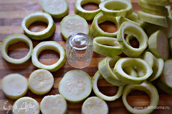 Кабачки помыть, нарезать кольцами толщиной 1 см. С помощью рюмки вынуть середину. Эту часть можно будет отдельно обжарить или потушить. Я использовала для приготовления небольшие молодые кабачки, но еще лучше подойдут крупные кабачки.