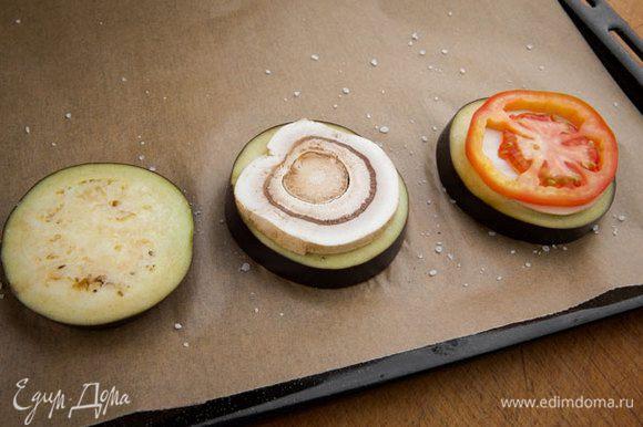 На баклажаны выкладываем грибы и помидоры.