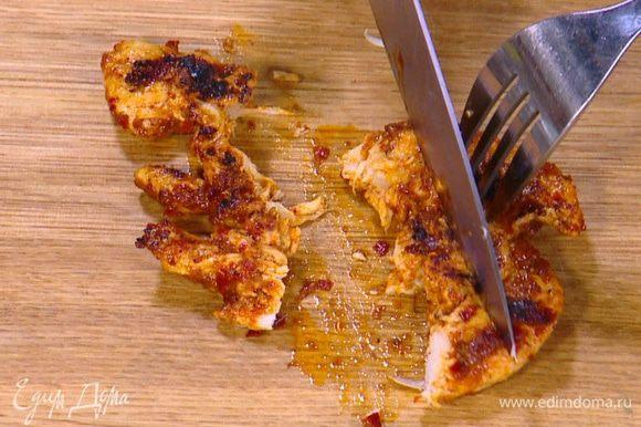 Куриное мясо порезать небольшими кусочками.