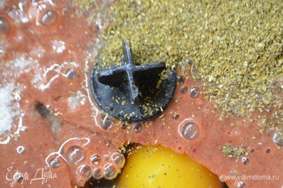 Добавить в емкость яйца, соль, перец и кориандр. Снова немного взбить.