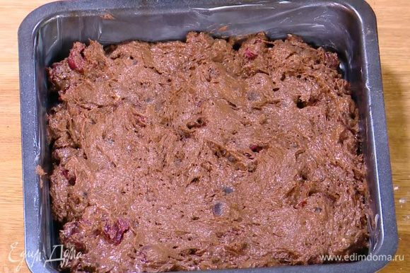 Квадратную форму для выпечки смазать оставшимся сливочным маслом, выложить тесто и разровнять его.