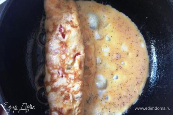 Передвигаем рулет на середину сковороды и выливаем оставшуюся яичную смесь, чтобы продолжить рулет (тогда он получится ровным).