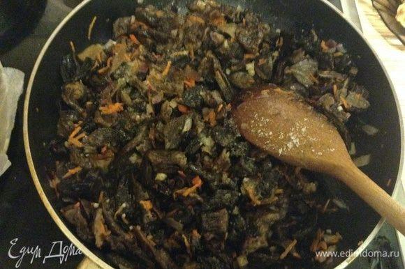 Грибы нарезать на средние куски и добавить к овощам. Подержать пару минут до готовности грибов. Соль и перец по вкусу.