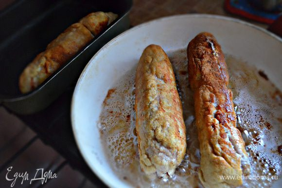 Далее обжарить шницель на сковороде со всех сторон в большом количестве растительного масла. Затем, желательно, поставить на 10 мин. в духовку, разогретую до 180°C, чтобы довести мясо до полной готовности.