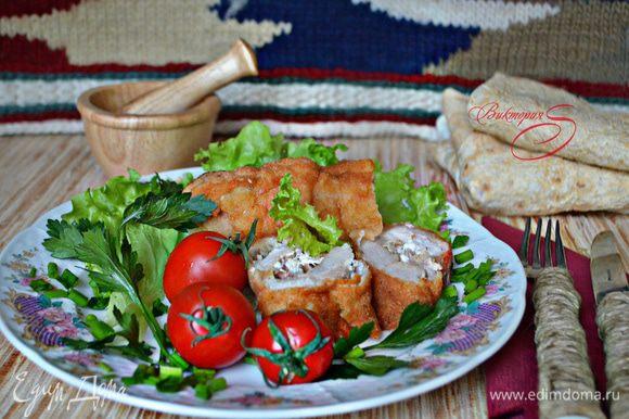 Подавать готовые шницели лучше со свежими овощами и зеленью. Черногорцы в качестве гарнира, помимо овощей, подают картофель фри. Порция получается большой, вполне подойдет для двоих. Приятного вам аппетита!