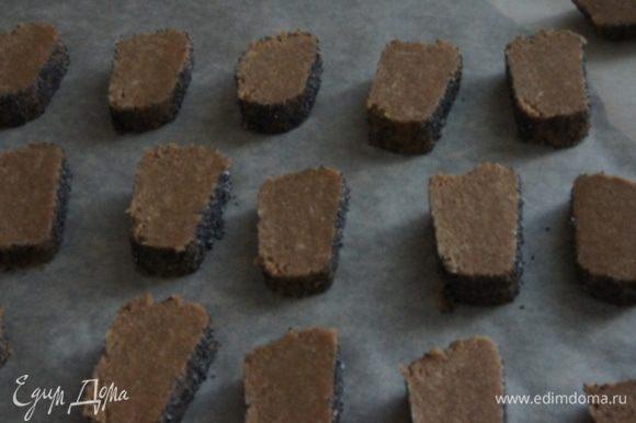 Нарезать на печеньки, толщиной около сантиметра. Уложить их на бумагу для выпечки. Духовка разогрета до 180°С. Выпекать печенье около 15 минут.