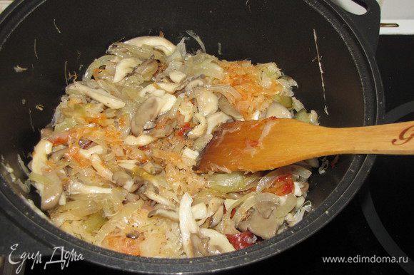 Добавить грибы с луком. Посолить, поперчить по вкусу, положить лавровый лист. Перемешать, закрыть крышкой. Довести до готовности.