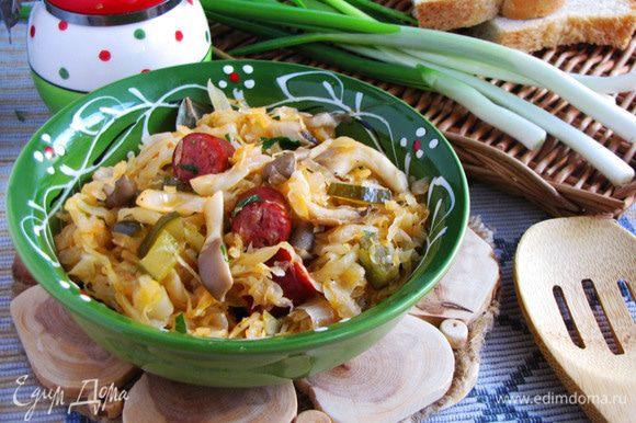Готовую солянку разложить по тарелкам. Подавать с любой зеленью. Приятного аппетита!