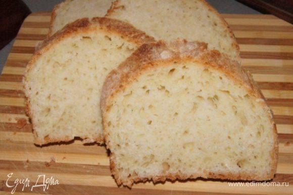 Для сладких гренок нам понадобится белый хлеб, лучше булка или батон. Я уже много лет делаю молочный хлеб по этому рецепту и он идеален для этих гренок http://www.edimdoma.ru/retsepty/38255-molochnyy-hleb. Спасибо автору. Нарезать батон на куски, толщиной около 0,5 см.