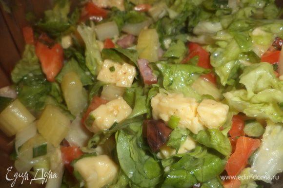 Соединить в салатнике сыр, ветчину, листья салата, сельдерей, зелёный лук, кусочки болгарского перца, полить майонезом, посолить и аккуратно перемешать.