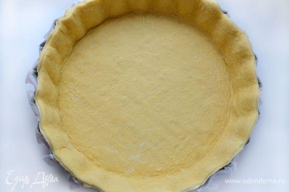 Распределить тесто в форме, слегка придавливая руками. Лишнее срезать. Удобнее это делать кулинарными ножницами.