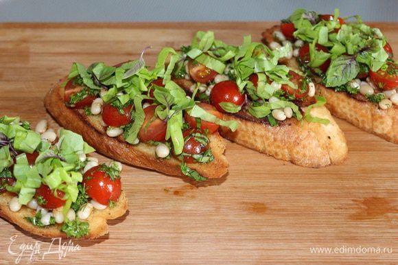 На гренки выложить салат, сверху положить зеленый салат (порезанный лентами). На салат положить полоски маринованного перца и сбрызнуть бальзамическим уксусом.