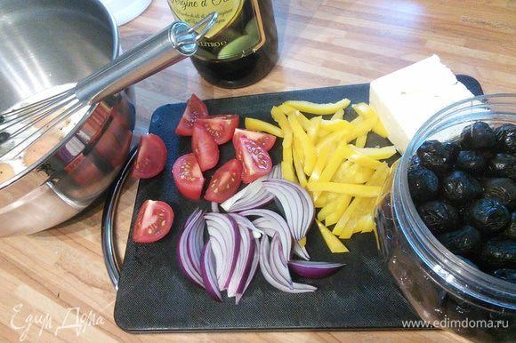 Красный лук и зеленый перец (у меня к сожалению жёлтый) нарезать на полоски, помидоры на четвертинки, фету раскрошить.