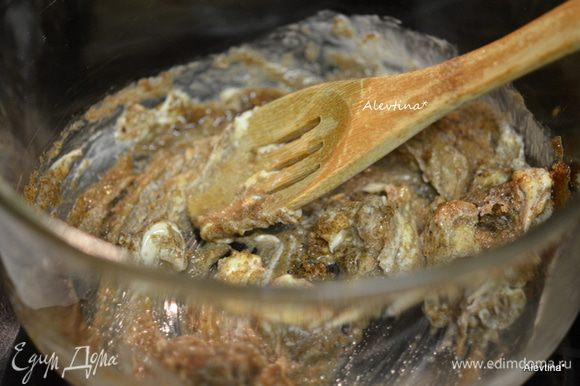 Взбить размягченное сливочное масло 30 сек. Добавить коричневый сахар, разрыхлитель, ванилин, соль, яйцо, кленовый сироп натуральный или имитационный, можно мед.