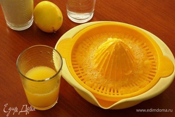Выдавливаем стакан апельсинового сока.