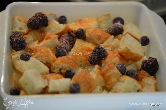 Выложить часть круассанов кубиками, часть ягод свежих или замороженных.
