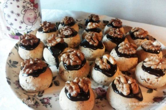 Остывшие прянички украшаем растопленным шоколадом и половинками грецких орех. Прянички получаются очень нарядные!