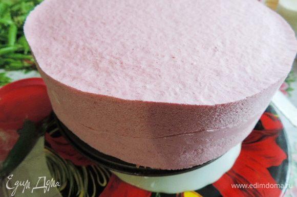 Даем глазури остыть до 30°C, она должна начать густеть и поливаем ей торт. Для этого торт ставим на решетку или на перевернутую глубокую тарелку, под которые ставим большое блюдо, чтоб глазурь туда стекала. Заливаем торт глазурью, даем ей стечь, не помогая. Правильно приготовленная глазурь дает идеальную зеркальную поверхность и очень быстро застывает на замороженном торте. На этом этапе сфотографировать торт с застывающей глазурью я благополучно забыла.