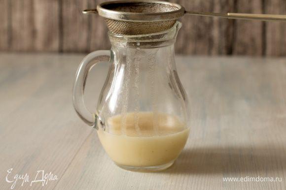 Заправка становится однородной смесью молочно-белого цвета. Затем смесь процеживаем через ситечко.