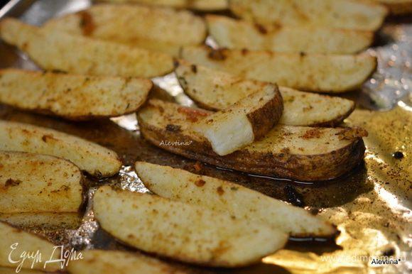 Готовый картофель достанем из духовки. Выложить на общее блюдо и украсить зеленью. Подавать горячим. Приятного аппетита!