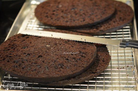 Для сборки: Разрезать два толстых коржа на 2 части, получится 4 коржа. Раскрошить 1ый тонкий корж в мелкую крошку.