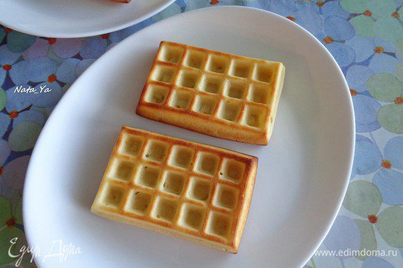 Вытащим вафли из духовку и положим на тарелки, в которых будем подавать.