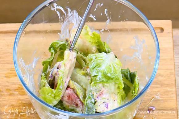 В глубокой посуде соединить сладкий перец, помидор, листья салата, все поперчить, посолить, смазать половиной заправки и перемешать.