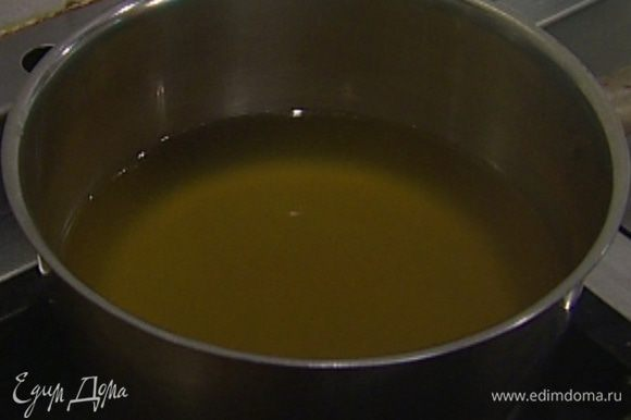 Приготовить соус: в небольшой кастрюле соединить 100 мл воды, рисовый уксус, мед, бульон и вермут, добавить щепотку соли, поставить на огонь и довести до кипения.